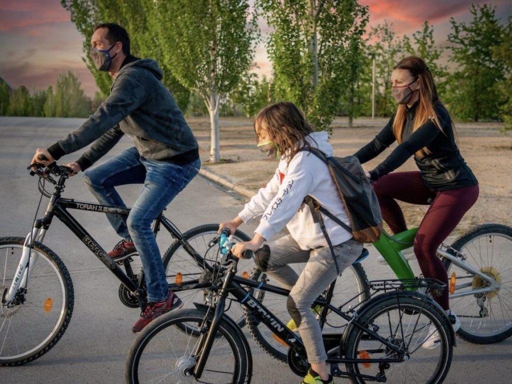 Foto de Familia usando EMOTION mientras hacen deporte.